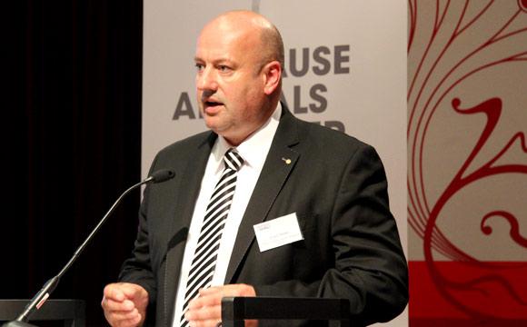 Tierwohl:Jürgen Mäder erhält Auszeichnung