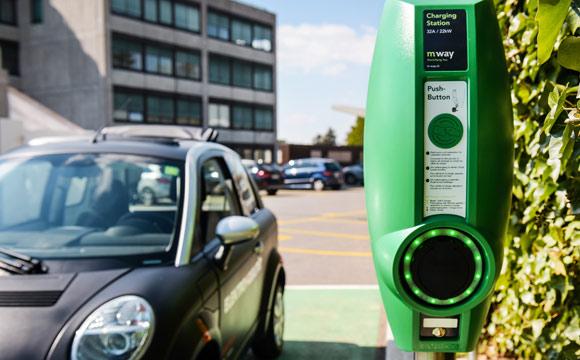 Schweiz:  Migros baut E-Tankstellen-Netz aus
