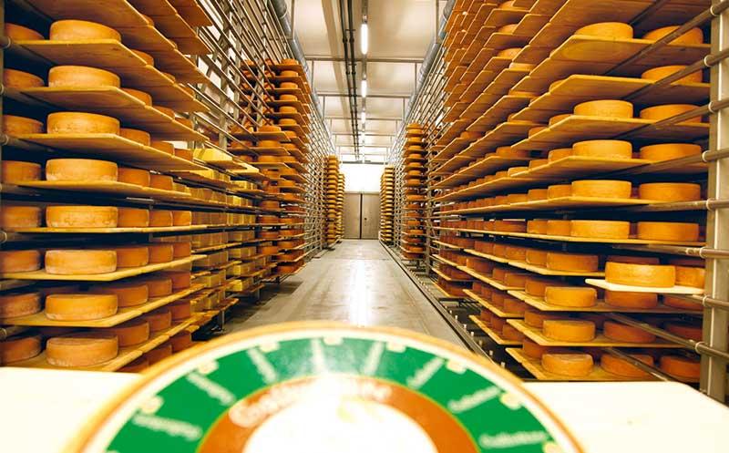 Ein Schweizer lässt den Käse im Dorf