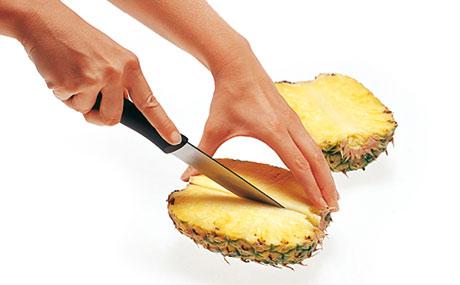 So schneidet man Ananas zur Verkostung auf