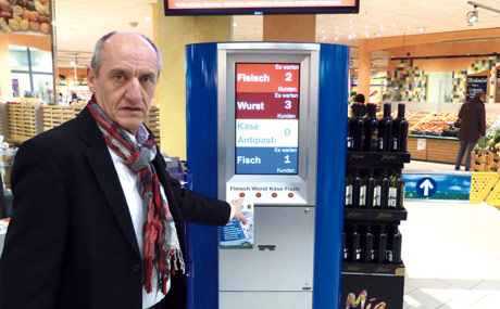 Schon am Eingang des Marktes kann man sich Tickets ziehen, wie Rolf Drohmann, verantwortlich für die Frischeabteilungen bei Gebauer, zeigt.