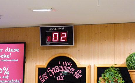 Die Nummern werden an den jeweiligen Bedienungs theken angezeigt.