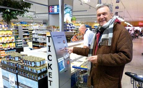 Wer Käse kaufen möchte, kann auch ein Ticket direkt in der Abteilung ziehen.