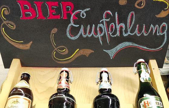 Aufsteller im Markt von Dietmar Tönnies. Jeden Monat wird ein neues Bier präsentiert
