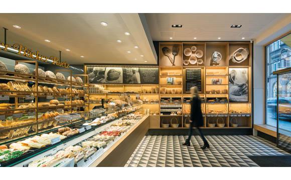 Handwerk: Traditionsbewusst und modern präsentieren sich Verkaufs- und Gasträume der Innsbrucker Bäckerei Ruetz nach dem Umbau. Schautafeln und Fotos mit Werkzeugen des Bäckers zeigen, dass Backen Handwerk ist.