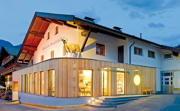 Einblick: gewähren Großzügige Fenster ziehen den Blick hinein in die Alpbachtaler Heumilchkäserei in Tirol.