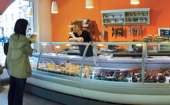 Herzstück: Die Frischtheke voller brandenburgischer Produkte ist 4 m lang.