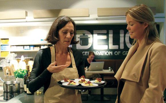 Kochen im Geschäft zieht Kunden an und schafft den direkten Bezug zu den Spezialitäten aus verschiedenen europäischen Ländern.