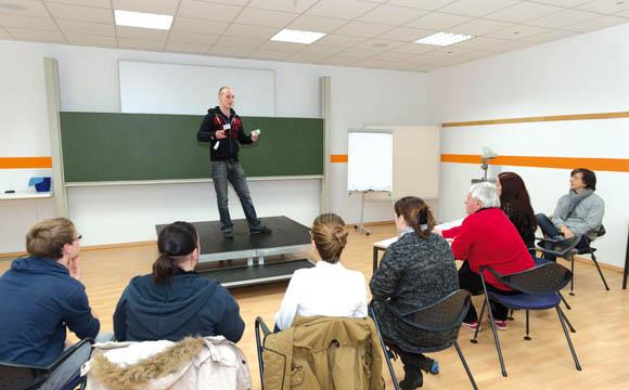 Freie Rede: Drei Minuten auf einer Bühne einen Kurzvortrag halten.