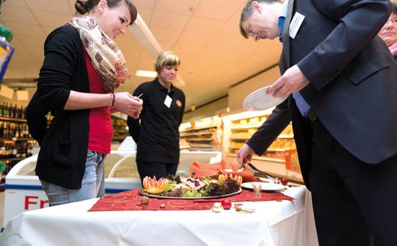Praxisnah: Wie bietet man auf einem Kundenabend Pasteten an? Manfred Müller fragte nach.