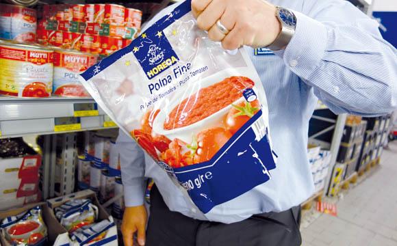 Praktisch: Auf Kundenwunsch wurde für den Eckartikel Tomatenpaste in der Dose (Verletzungsgefahr, sperrig, schwer, unhandlich) eine Alternative gefunden, der Standbeutel mit Grifflasche