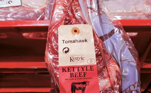 """Nichts für Vegetarier: Irisches Tomahawk-Steak, in Größe, Qualität und Preis """"high end"""" – etwas für Fleischliebhaber und Profis."""