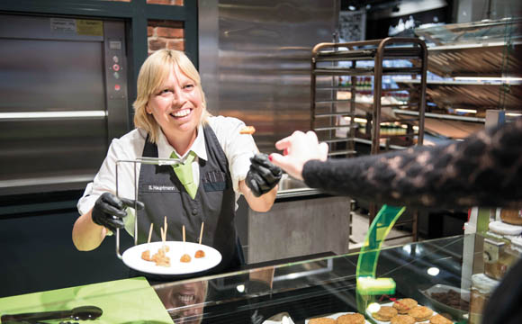 Edeka-Kaufmann Konrad Kreuzberg testet in seinen Märkten an verschiedenen Standorten vegetarische und vegane Produkte in Bedienung.