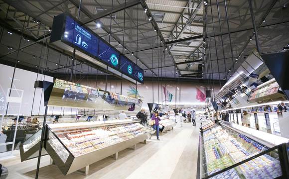 Auf 2.500 qm wird die Wertschöpfungskette von verschiedenen Warengruppen, z. B. Molkereiprodukte, präsentiert. Ein Großteil der 1.500 Produkte sind Eigenmarken.