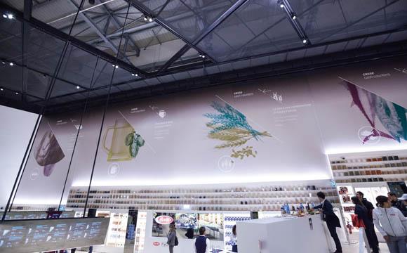 Zitate berühmter Menschen zum Thema Essen zieren gemeinsam mit z. T. farblich entfremdeten Warenabbildungen die Wände