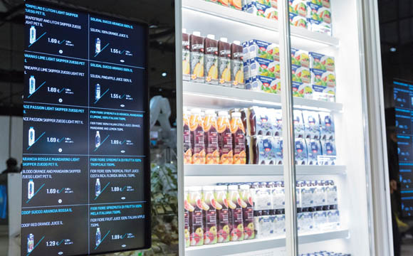 Die Infos für gekühlte und TK-Produkte können die Kunden auf den Touch-Screens neben den Glastüren abrufen, bevor sie das Produkt überhaupt in die Hand nehmen. (Quellen: Coop Italia, Expo Mailand, Cefla, Pietro Baroni)