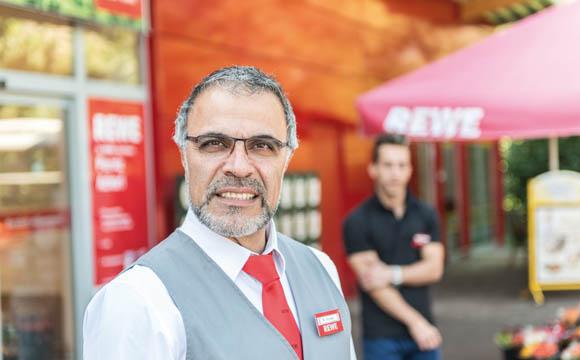 Vor 29 Jahren war er selbst Migrant: Parviz Azhari (l.), heute erfolgreicher Einzelhändler mit 90 Angestellten.