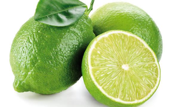 """Limette: Limetten wachsen in den tropischen Regionen unserer Erde. Wegen ihrer angenehmen, säuerlichen Note werden sie als """"spritzige"""" Teezutat geschätzt."""