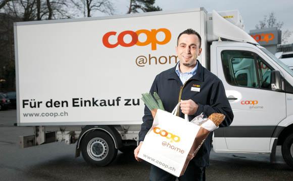 Das Ganze wird durch verschiedene mobile Anwendungen ergänzt. In den Zentren wird mit coopeigenem Dienst ausgeliefert, sonst mit der Schweizer Post – hier schreitet die  Entwicklung schnell voran.