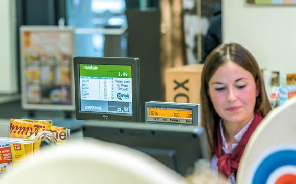 Im Blick: Der zweite Monitor mit der Waren- und Preisanzeige für den Kunden ist gut sicht- und lesbar.