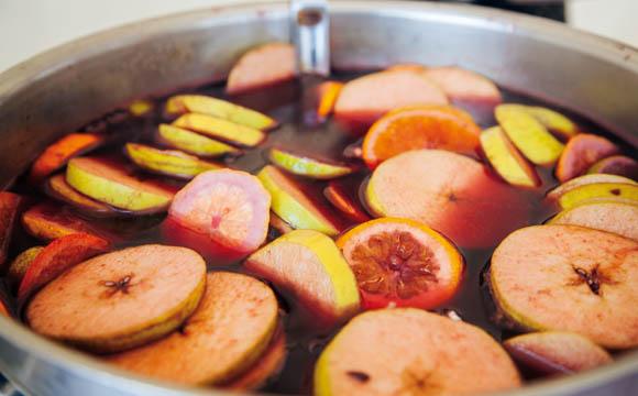 Fruchtglühwein im Topf. (Quellen: Shutterstock)
