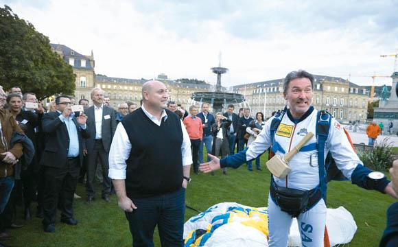 Manchmal fällt das Glück vom Himmel: Ein Fallschirmspringer überbrachte Jens Gebauer auf dem Stuttgarter Schlossplatz den Hammer für den Fassanstich.
