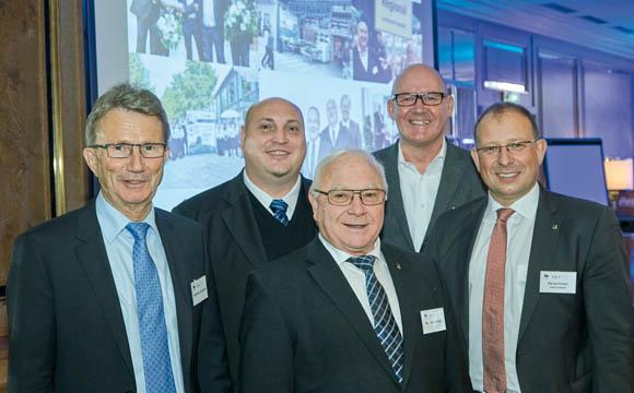 Edeka-Südwest-Chef Rainer Huber (r.) kam zur Freude der Gastgeber Jens und Manfred Gebauer (2. u. 3. v. l.) zur MLF-Tagung nach Stuttgart. Mit dabei waren auch MLF-Präsident Friedhelm Dornseifer (l.) und MLF-Geschäftsführer Michael Gerling