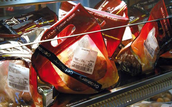 Heiße Theke: Verzehrfertig vorgewärmt liegen u. a. Schweinshaxen und halbe Hähnchen im Plastikbeutel bereit.