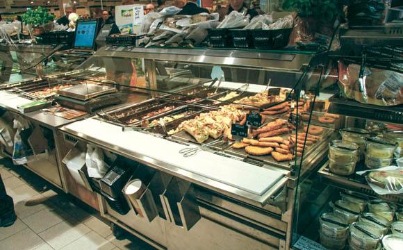 Direkt am Eingang sind in Bonlanden heiße Theke und Salatbar kombiniert. (Quellen: Rosendahl, Plachetta)