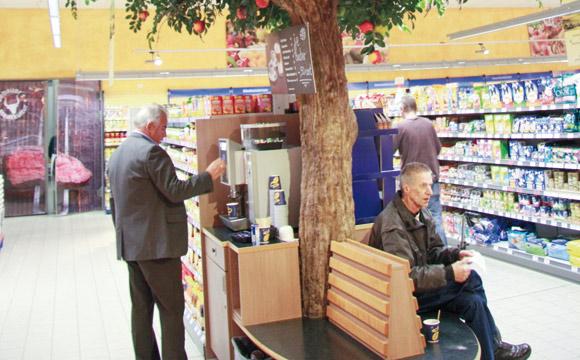 In allen Märkten gibt es Ruhezonen unter künstlichen Bäumen (hier: Süßen). Daneben können sie sich günstig einen Kaffee ziehen.