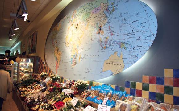 Die ganze Welt zu Gast in Göppingen. Auf der Karte können die Kunden auf einen Blick erkennen, woher die angebotenen Früchte stammen.
