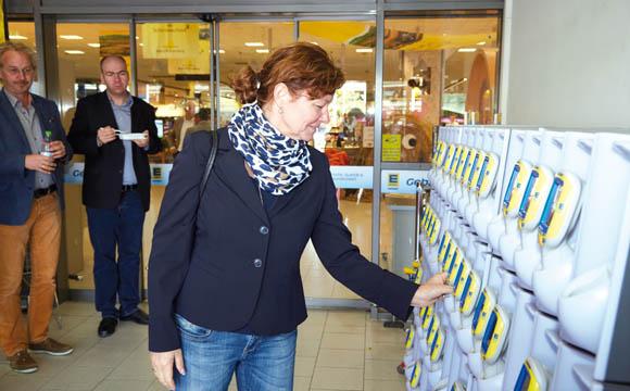 Corinna Glück (Rewe Glück, Rengsdorf) inspiziert in Bonlanden die Handscanner, mit denen die Kunden ihre Einkäufe mobil erfassen können. (Quellen: Rosendahl, Plachetta)