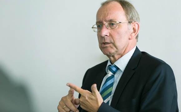 """""""Die Anforderungen an Betriebe und für Prüfungen sollten klarer und stringenter formuliert werden.""""  Wilfried Malcher, HDE"""