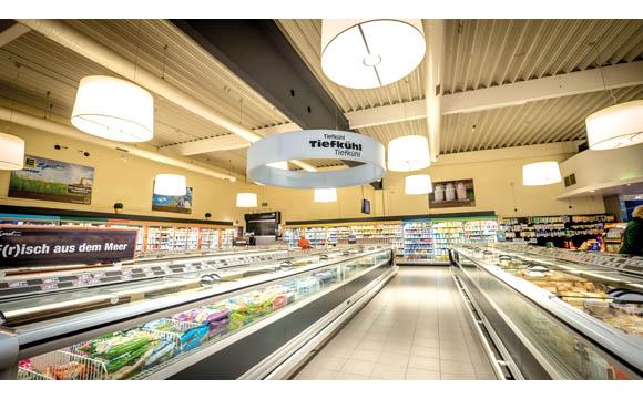 Die Beleuchtung setzt die Abteilung in Szene und gibt Kunden im Markt zudem Orientierung. (E-Center Egert in Selb)