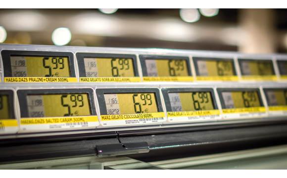 Orientierung für den Kunden über den Preis ist an der Truhe essenziell. Elektronische Schilder sind gut lesbar und erleichtern die Disposition. (Edeka Stadler + Honner in Freising)