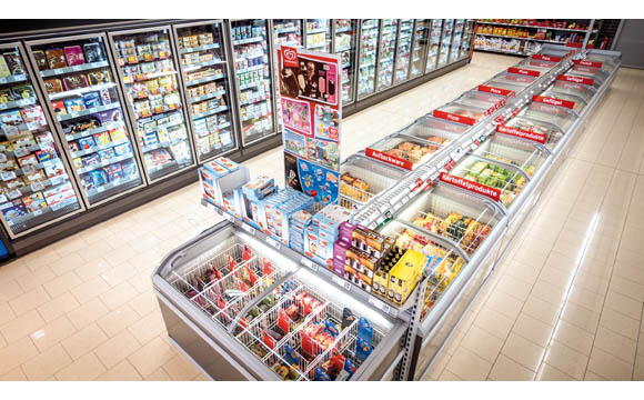 Bei Eiscreme bieten sich Verbundplatzierungen mit Waffeln, Eierlikör etc. an – Impulskäufe garantiert. (Rewe Ahrendt in Teterow)