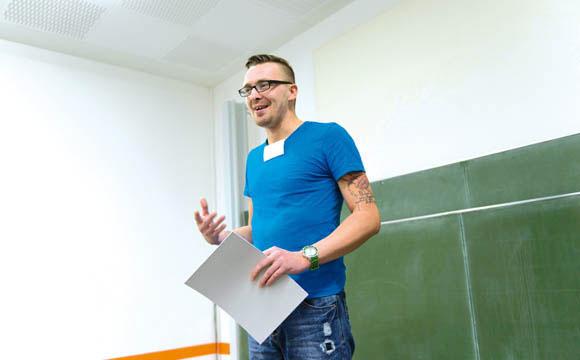 Keinen Knoten in der Zunge: André Pfeiffer bei seinem Stegreif-Vortrag auf der Bühne.<br />