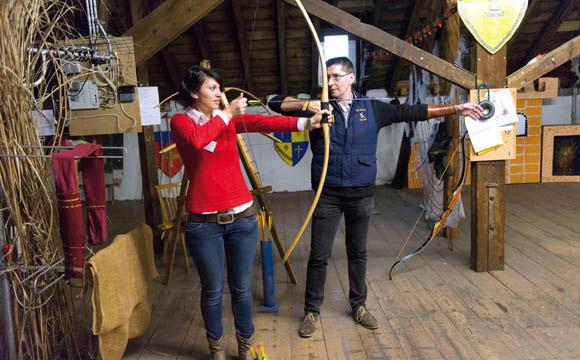 Ruhig atmen, fokussieren und dann los: Florentina Pavaloaei und Jürgen Sieler beim Bogenschießen.