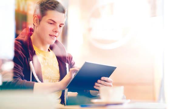 Während der Arbeitszeit das Tablet nutzen? Das ist nicht nur erlaubt, sondern im Rahmen der Ausbildung in bestimmten Rewe-Geschäften sogar erwünscht.