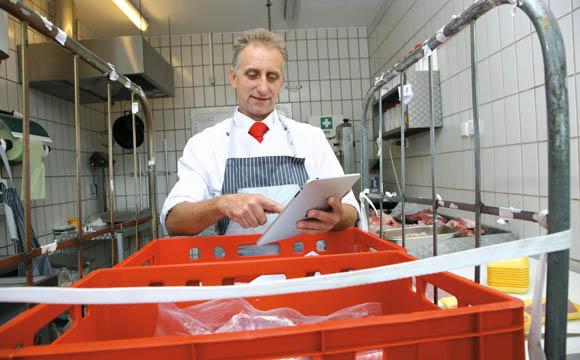 Bereits beim Wareneingang muss die Qualität des Geflügelfleischs geprüft und dokumentiert werden.