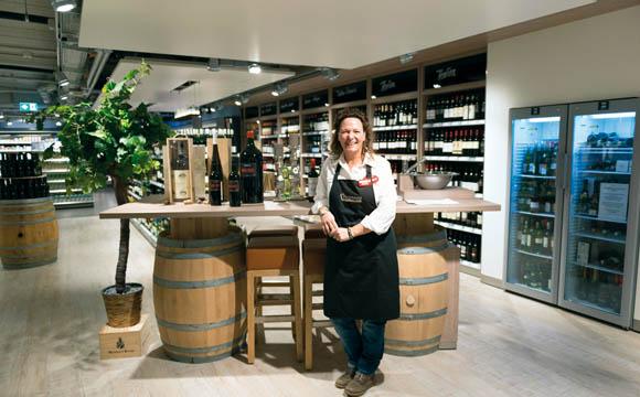 Weinabteilungen wie bei Rewe Richrath locken auch anspruchsvolle Kunden in die Märkte.