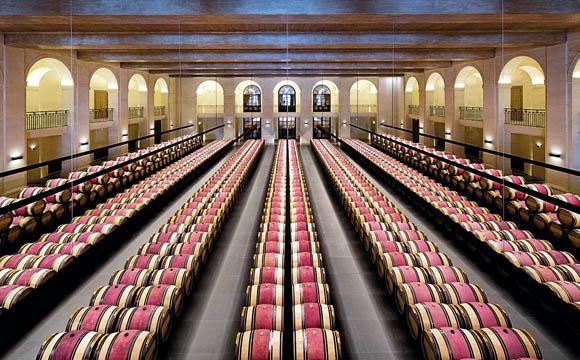Der assemblierte Wein lagert schließlich in Stahltanks oder Holzfässern.