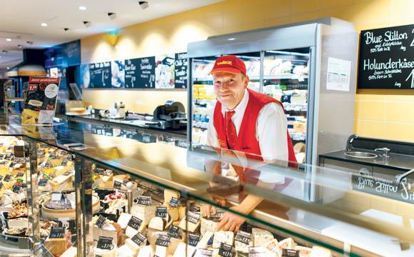 Die Herzlichkeit und Kompetenz der Mitarbeiter, z. B. die von Thomas Steiner an der Käsetheke, ist ein entscheidender Faktor zur Kundenbindung.