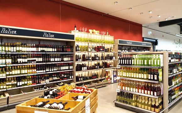 Wie eine Fachhandlung soll die Weinabteilung wirken.