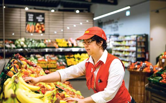 Wie eine Markthalle wirkt die 250 qm große O&G-Abteilung. Dort ist auch ein großes Angebot an frischen Convenience- Produkten zu finden.