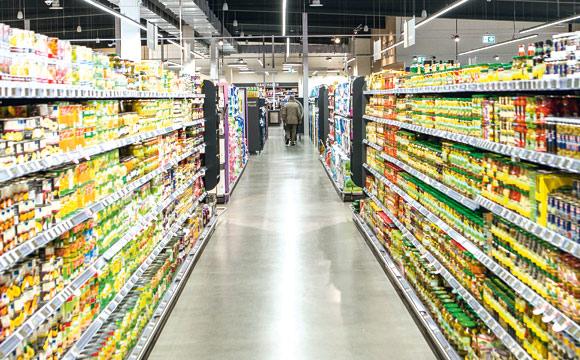 Die Regale sind wie in fast allen WEZ-Märkten längs gestellt. So lasse sich mehr Ware unterbringen, erklärt Preuß.