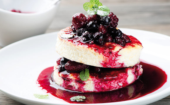 Fruchtgrütze schmeckt nicht nur pur, sondern eignet sich auch perfekt, um Süßspeisen zu verfeinern.