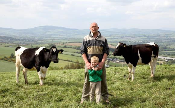 Michael O'Neill, im Bild mit seinem Sohn, bewirtschaftet einen typischen Farmbetrieb