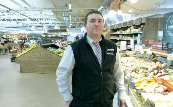 Wie Käse im Dubliner Supervalu angeboten wird, das zeigt Abteilungsleiter Darren Meany.