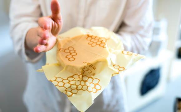 Nonfood-Exoten: Mit Bienenwachs beschichteter Ersatz für Frischhaltefolie sowie Menstruationstassen.